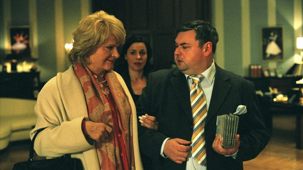 Leonore (Fritz Karl, l.) stellt sich dem Leiter der Tanzschule Paul Ludwig (T...