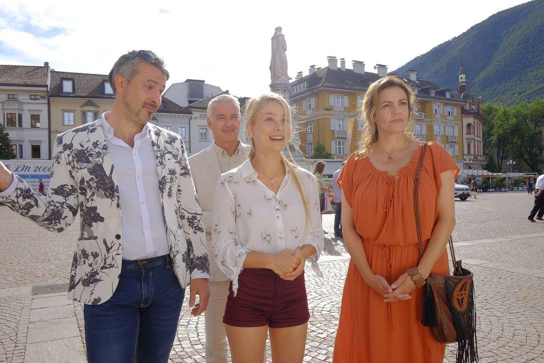 Während Claudia (Rebecca Immanuel, r.) noch immer von einer kleinen, bescheidenen Hochzeit träumt, ist die Braut Jade (Lea Ruckpaul, 2.v.l.) begeist... - Bildquelle: Jacqueline Krause-Burberg SAT.1