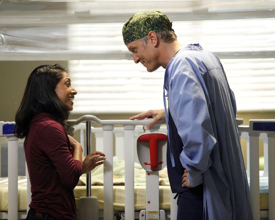 Janis (Lovlee Carroll, l.) ist überglücklich, als ihr Dr. Oliver Lebackes (Patrick Fabian, r.) mitteilt, dass die Operation an ihrem Baby erfolgreic... - Bildquelle: ABC Studios
