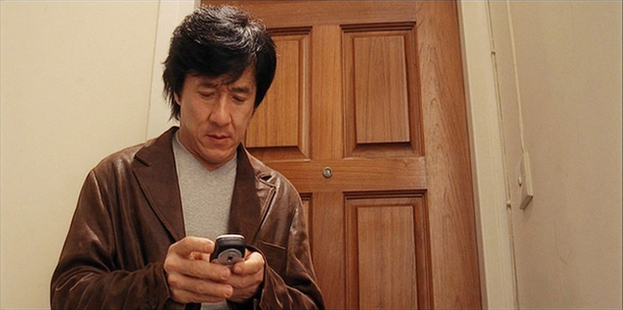 Seit einiger Zeit hat es eine skrupellose Gang junger Computerfreaks auf den legendären Inspektor Chen Wing (Jackkie Chan) und seine Kollegen abgese... - Bildquelle: E.M.S.