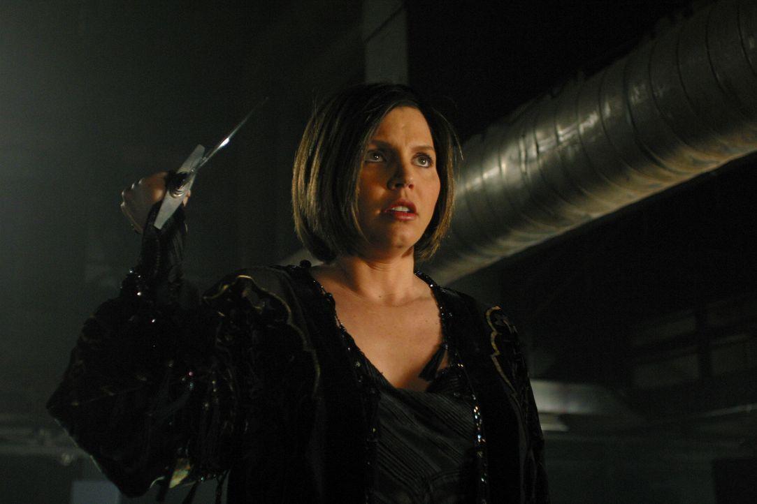 Mit einem Dolch bewaffnet schleicht sich Cordelia (Charisma Carpenter) an Lorne heran ... - Bildquelle: The WB Television Network