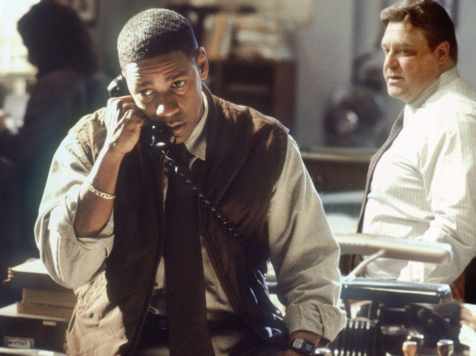 Und wieder erhält John Hobbes (Denzel Washington, l.) einen Hinweis von einem unbekannten Anrufer. Jonesy (John Goodman, r.) kommt die ganze Sache s... - Bildquelle: Warner Brothers