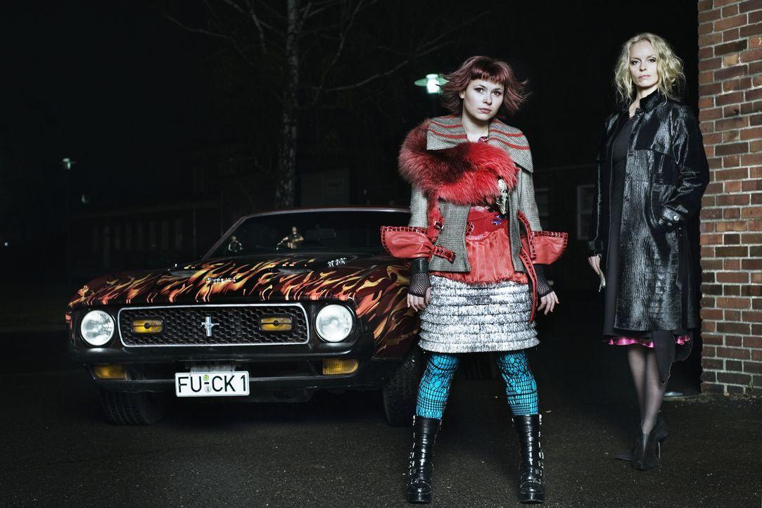 Anfang der 1990er geriet die durchgeknallte Nora (Anna Fischer, l.) während der Love Parade in den Bann von Vampirin Louise (Nina Hoss, r.). Nacht f... - Bildquelle: 2010 Constantin Film Verleih GmbH.
