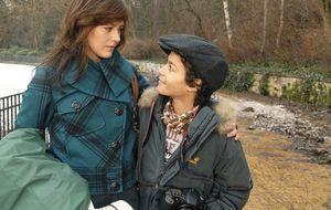 Julia Mann (Janina Flieger, l.) mit ihrem Sohn Max Hermes (Miles Lawson, r.)