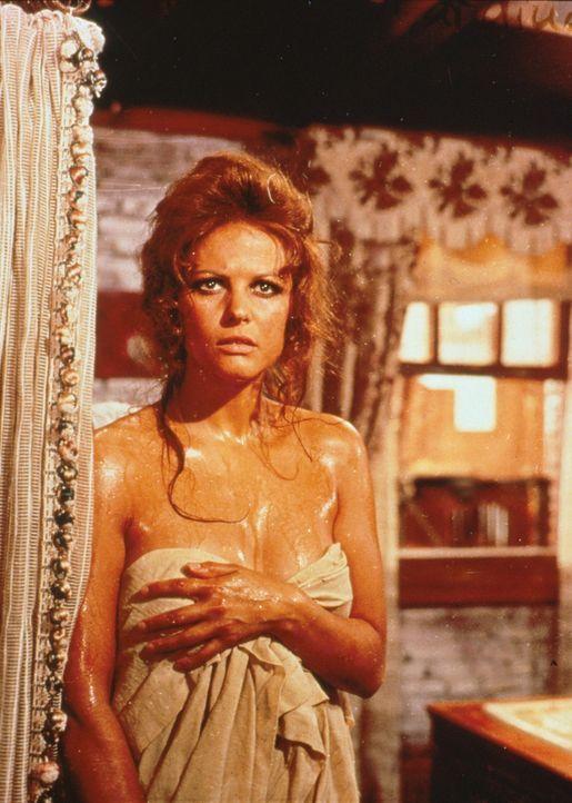 Die schöne Jill (Claudia Cardinale) wird im Bad überrascht ... - Bildquelle: Paramount Pictures