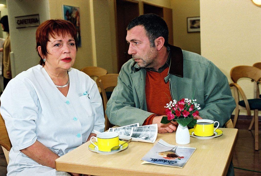 Klara (Walfriede Schmitt, l.) kann nicht glauben, dass Laszlo (Michele Olivieri, r.) ihr so lange seinen Sohn verheimlicht hat ... - Bildquelle: Monika Schürle Sat.1