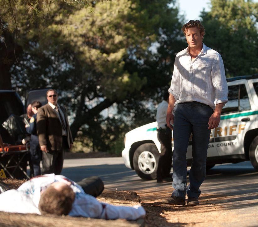 Rückblick: Patrick Jane (Simon Baker, r.) steht dem CBI-Team bei der Aufklärung eines Mordfalles zur Seite ... - Bildquelle: Warner Bros. Television