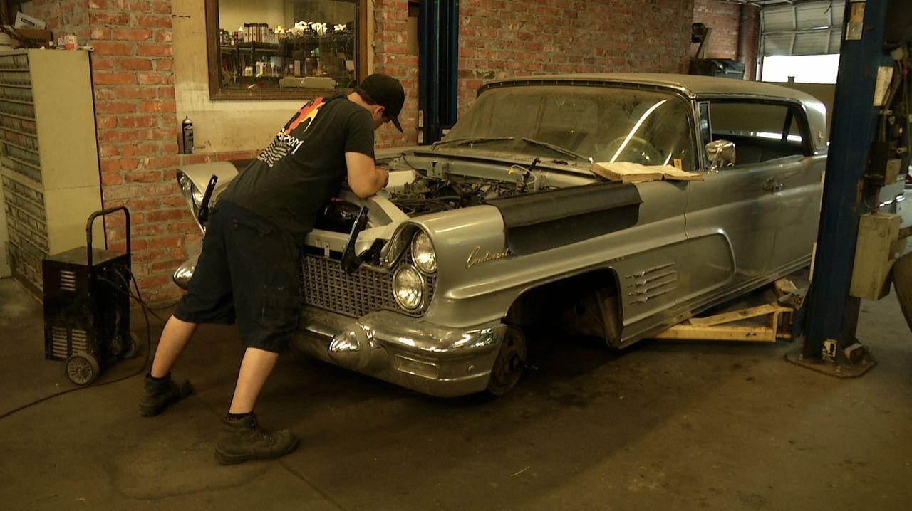 Fantomworks-Mechaniker Dino (Bild) ist fast am Verzweifeln: Die Reparaturarbeiten am 1960er Lincoln nehmen keine Ende - kaum ist ein Problem gelöst,... - Bildquelle: New Dominion Pictures LLC.
