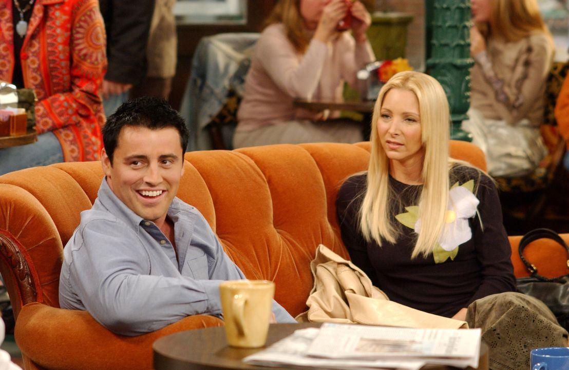 Im Central Park werden die neusten Infos ausgetauscht: Phoebe (Lisa Kudrow, r.) und Joey (Matt LeBlanc, l.) ... - Bildquelle: 2003 Warner Brothers International Television