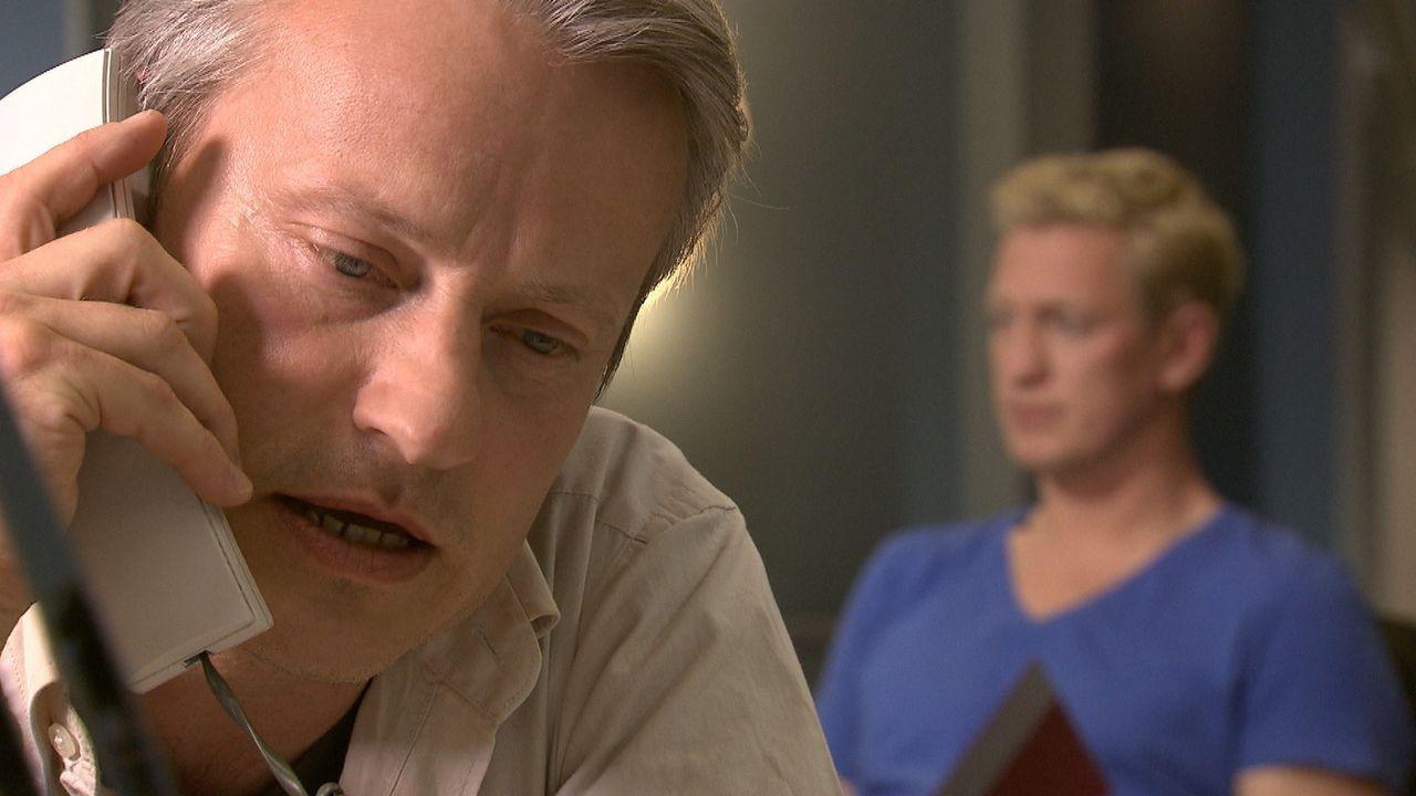 Kommissar Anders (l.) und Kommissar Becker (r.) ermitteln nicht weiter, nachdem sie das vermeintliche Mordopfer quicklebendig bei seinem Mörder angetroffen haben ...
