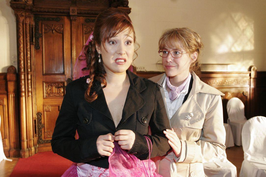 Kurz vor der Trauung bekommt Yvonne (Bärbel Schleker, l.) plötzlich Panik und Lisa (Alexandra Neldel, r.) versucht sie zu beruhigen. (Dieses Foto vo... - Bildquelle: Noreen Flynn Sat.1