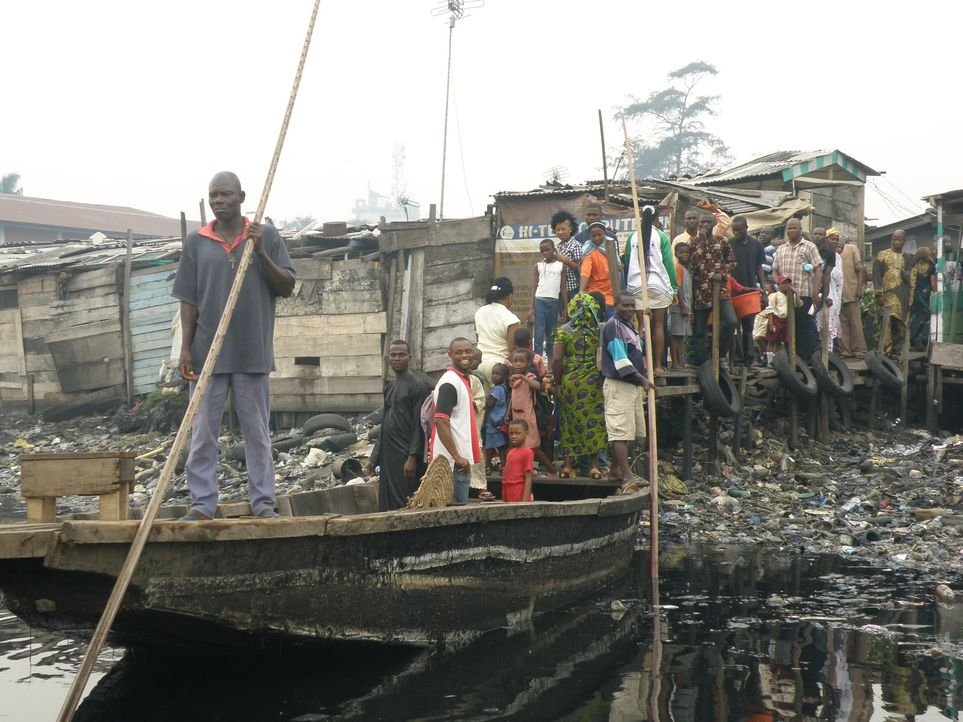 Ross Kemp besucht Fischer in Nigeria. Sie sind täglich den Attacken durch Piraten ausgesetzt. Denn in den verdreckten Flüssen rund um die Siedlungen... - Bildquelle: Tiger Aspect Productions 2009