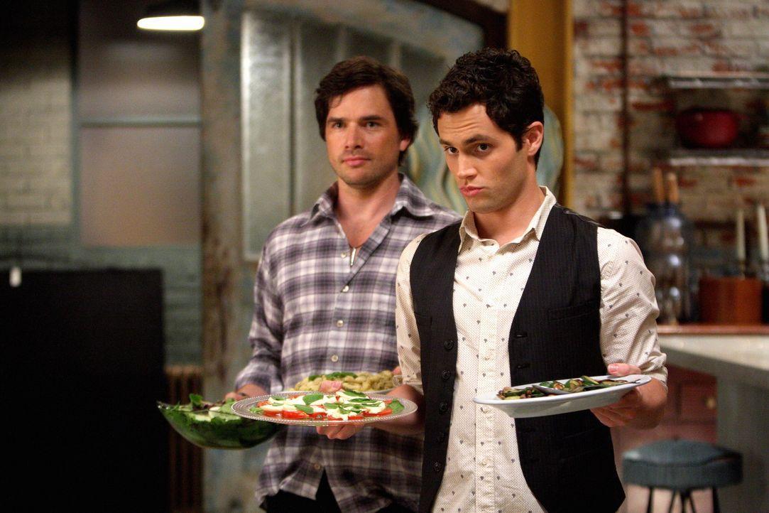 Die Humphrey-Männer Dan (Penn Badgley, r.) und Rufus (Matthew Settle, l.) haben sich einiges für das Wiedersehen einfallen lassen ... - Bildquelle: Warner Brothers