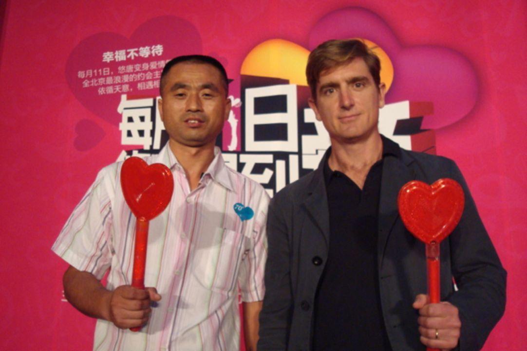 Reporter Marcel Theroux (r.) reist nach China und begleitet dort einen von vielen Millionen Singles, Li Dongmin (l.), auf der Suche nach der idealen... - Bildquelle: Quicksilver Media 2012