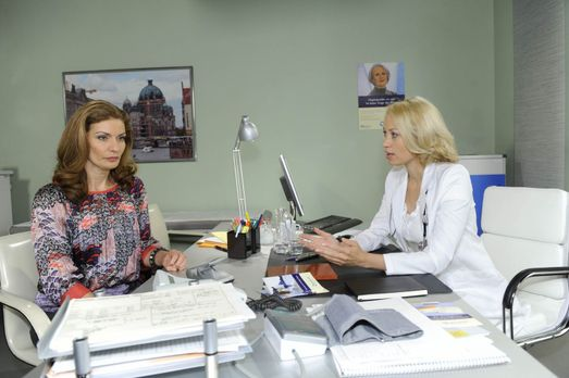 Die schwangere Natascha (Franziska Matthus, l.) sucht Rat bei Dr. Katharina F...