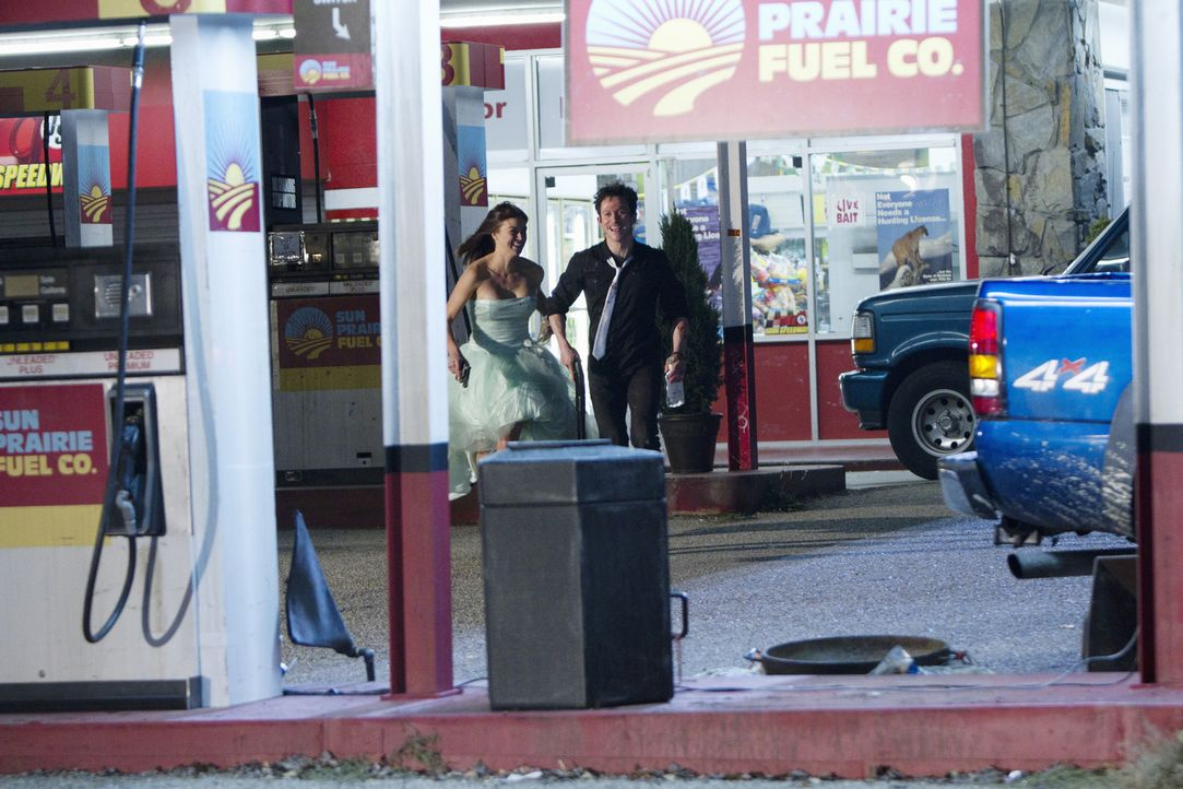Als das frisch verheiratetes Alkoholiker-Pärchen Ray (Jonathan Tucker, r.) und Sydney (Adrianne Palicki, l.) in ihrem Flitterwochen ungehemmt und w... - Bildquelle: ABC Studios