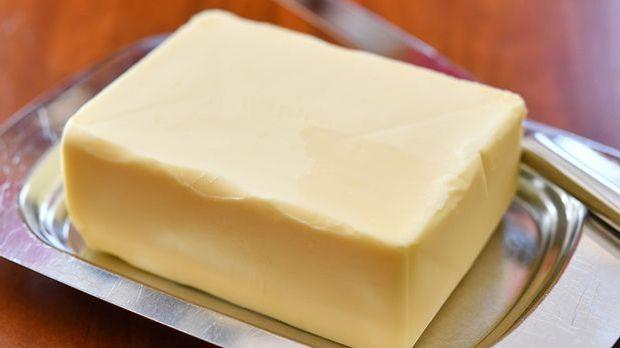 Ein Stück Butter auf einer Schale