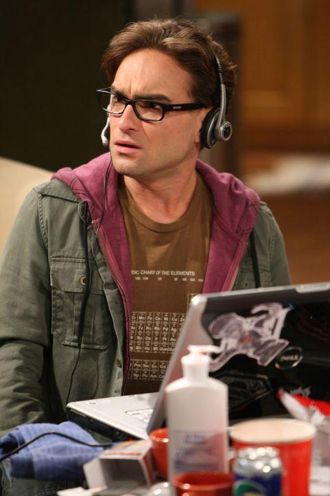 Leonard (Johnny Galecki) lauert nur darauf, dass Penny nach Hause kommt, denn er hat versehentlich ihre Post eingesteckt - um einen Grund zu haben,... - Bildquelle: Warner Bros. Television