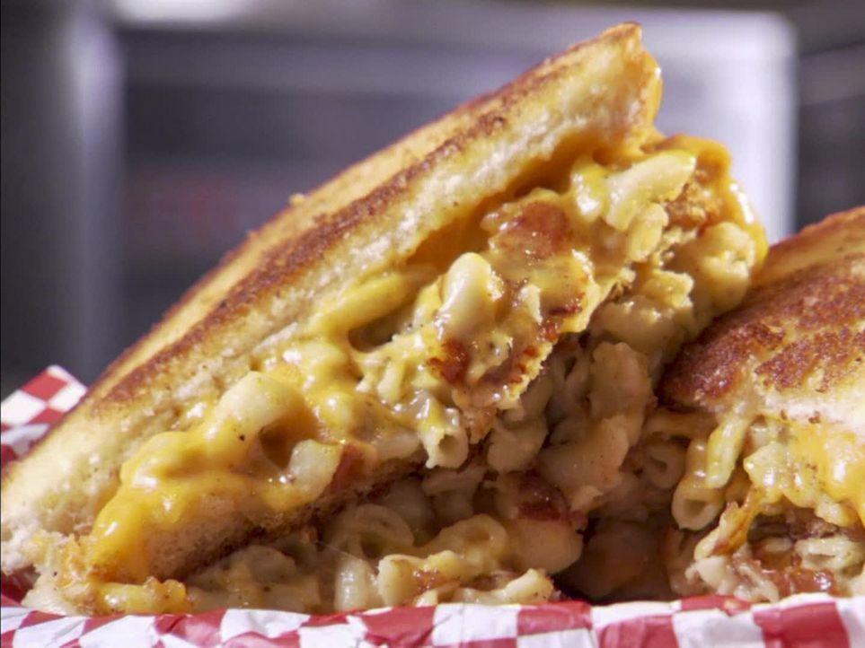 Für gutes Essen im XXL-Format hat Adam Richman eine absolute Schwäche: ein gegrilltes Makkaroni-Käsesandwich ... - Bildquelle: 2011, The Travel Channel, L.L.C. All Rights Reserved.