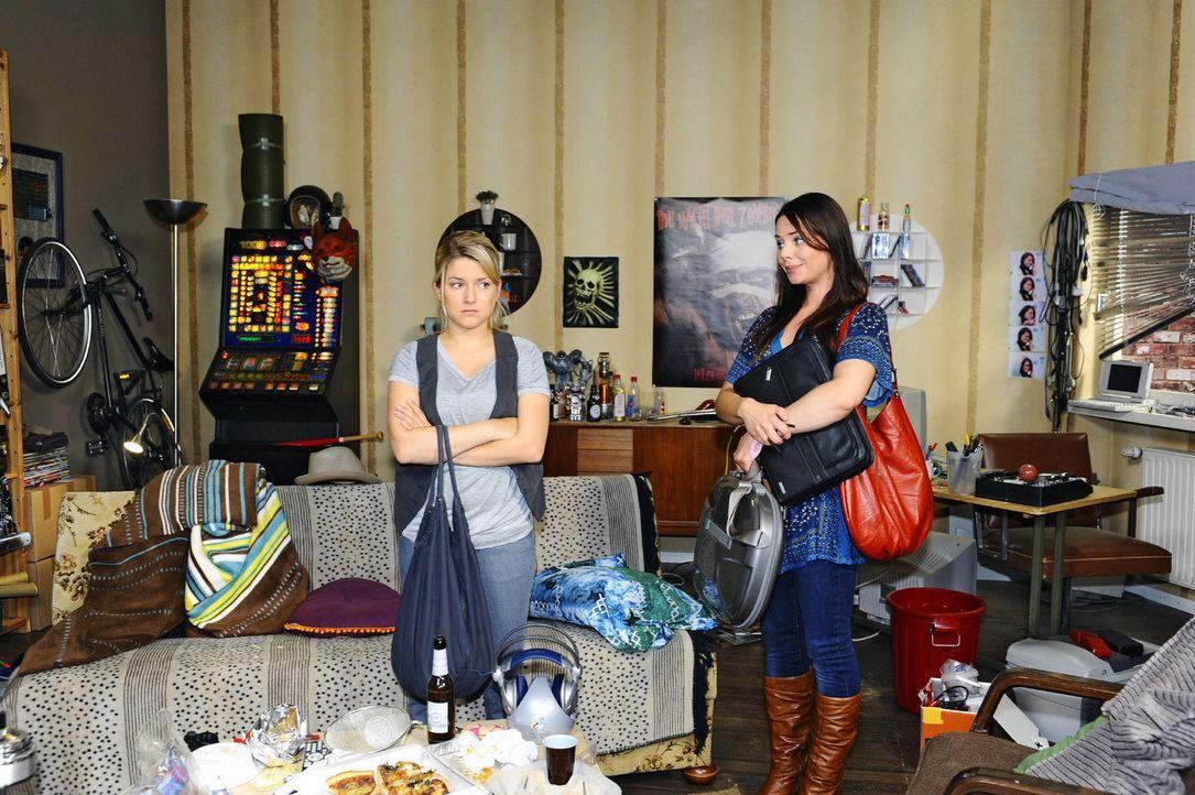 Annas Wohnung in Hamburg entpuppt sich als Bruchbude: Anna (Jeanette Biedermann, l.) und Paloma (Maja Maneiro, r.) ... - Bildquelle: Oliver Ziebe Sat.1