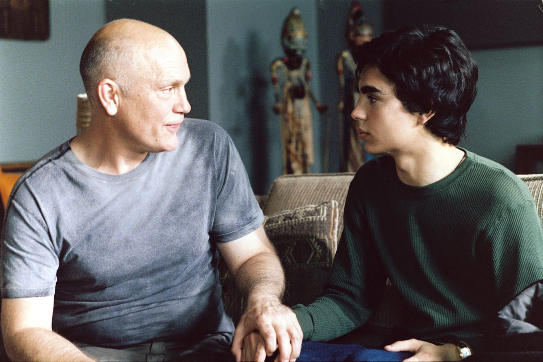 Um bei Professor Sandiford (John Malkovich, l.) Eindruck zu schinden, muss Jerome (Max Minghella, r.) sich mit seinen Kunstwerken ein wenig mehr ins... - Bildquelle: 2005 United Artists Films Inc. and Columbia Pictures Industries, Inc. All Rights Reserved.