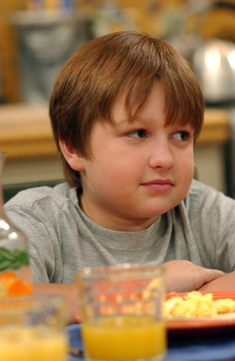 Jake (Angus T. Jones) hat seiner Lehrerin Miss Pasternak den Mittelfinger gezeigt, nun läuft er Gefahr, aus der Schule geworfen zu werden ... - Bildquelle: Warner Bros. Television