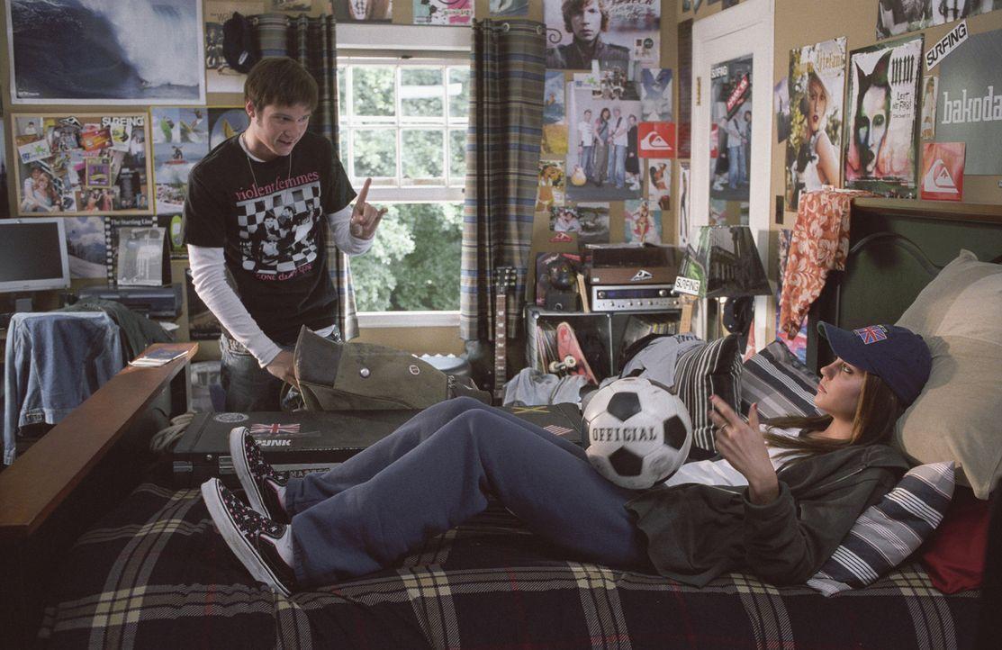 Violas (Amanda Bynes, r.) Zwillingsbruder Sebastian (James Kirk, l.) will sich unbemerkt aus dem Staub machen und legt seiner Schwester nahe, nieman... - Bildquelle: Kinowelt Home Entertainment