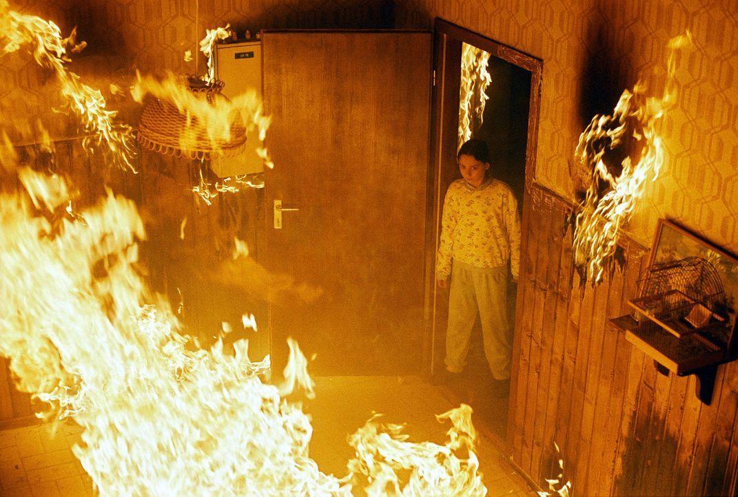 Hannah (Maral Schäfer) ist von den Flammen eingeschlossen. - Bildquelle: Wolfgang Wehner Sat.1
