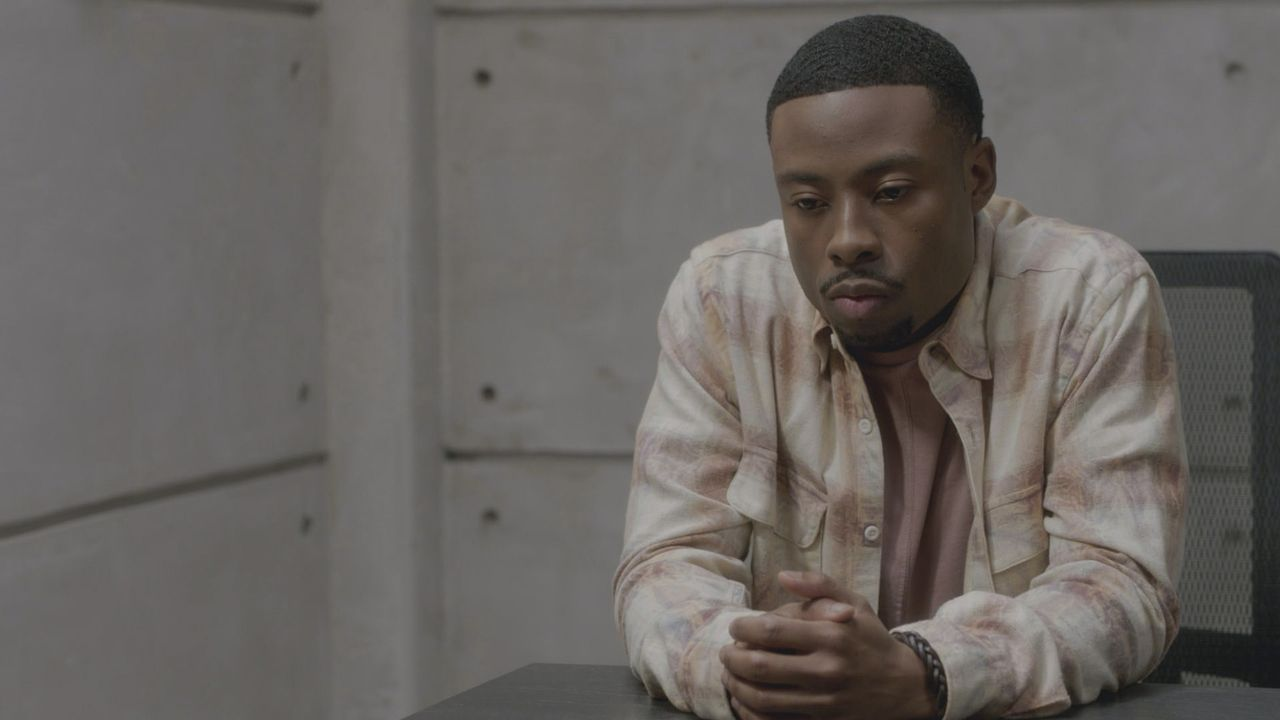 Ist Bozer (Justin Hires) nach der Enttarnung seines Mitbewohners MacGyver nun ein Sicherheitsrisiko für die Phoenix Foundation? - Bildquelle: 2016 CBS Broadcasting, Inc. All Rights Reserved