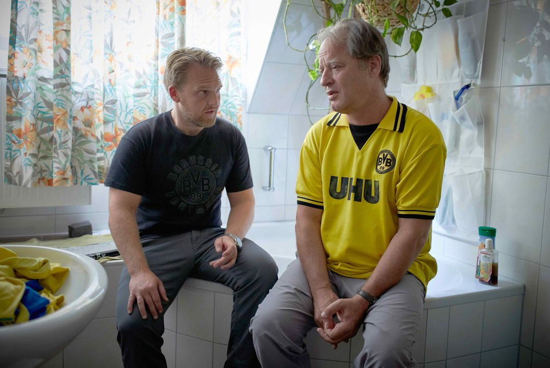 Seit dem Tod seiner Frau muss sich Philipp (Axel Stein, l.) nicht nur um seinen demenzkranken Schwiegervater (Tom Gerhardt, r.) und dessen kleine Fi... - Bildquelle: Guido Engels SAT.1