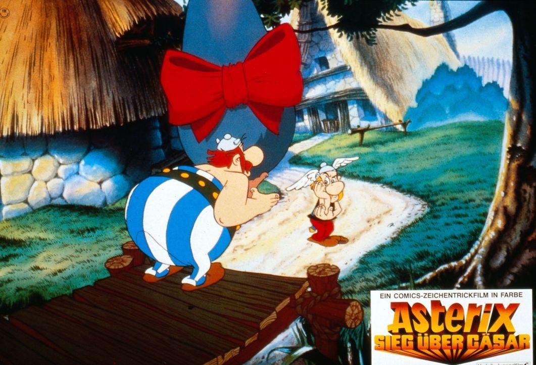 Obelix (l.) hat sich in Falbala verliebt. Er möchte seiner Angebeteten einen Hinkelstein schenken. Asterix (r.) hält das für keine gute Idee ... - Bildquelle: Jugendfilm-Verleih GmbH
