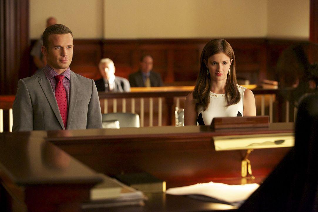 Schnell wird Roy (Cam Gigandet, l.) und Jamie (Anna Wood, r.) klar, dass mit der neuen Richterin nicht zu spaßen sein wird ... - Bildquelle: 2013 CBS BROADCASTING INC. ALL RIGHTS RESERVED.