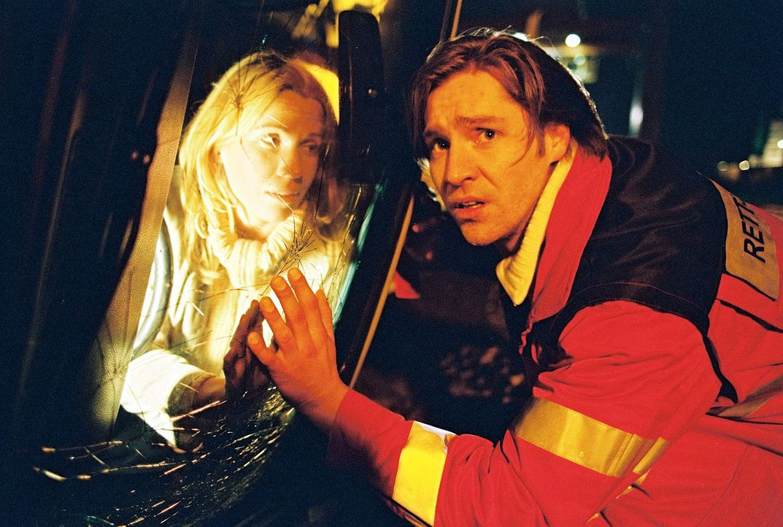 Loreen (Doris Schretzmayer, l.) baut einen schweren Unfall. Victor bringt Martin (Nicki von Tempelhoff, r.) an den Unfallort - sie kommen dort an, a... - Bildquelle: Spitz Sat.1