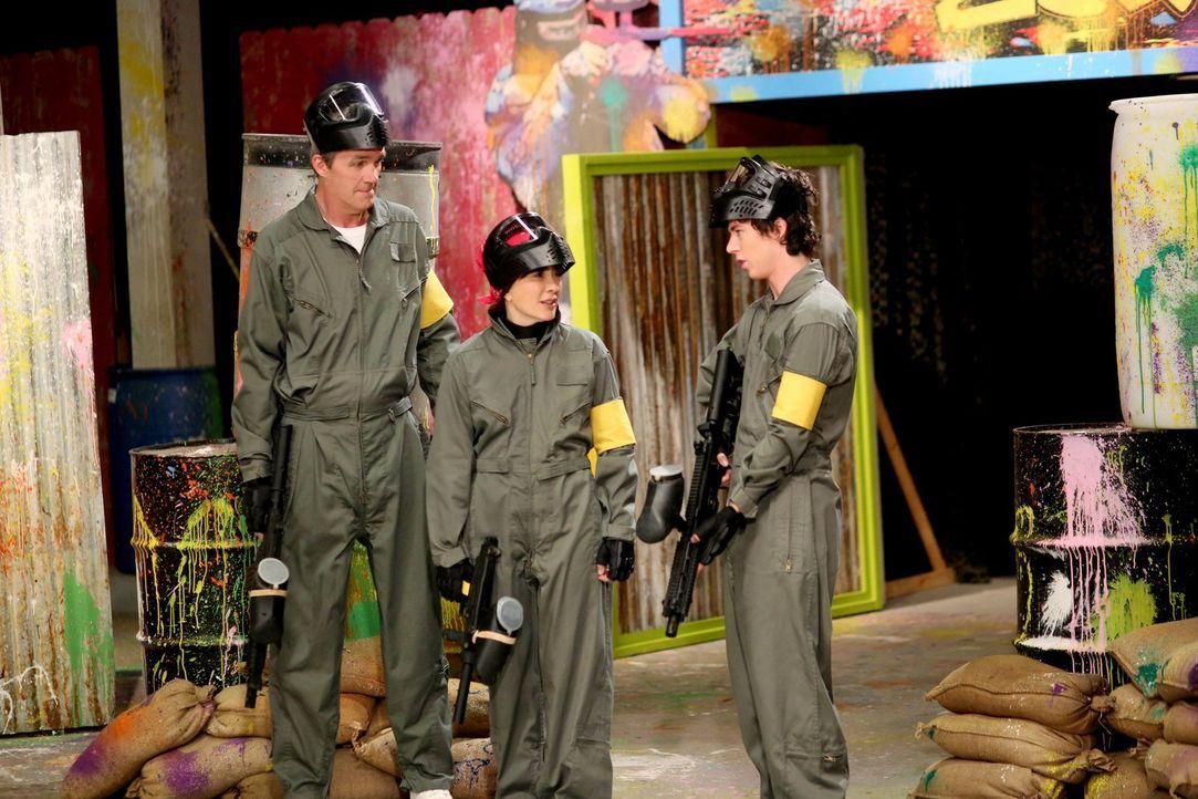 Frankie (Patricia Heaton, M.) und Mike (Neil Flynn, l.) beschließen, jedem ihrer Kinder einen Tag zu schenken, an dem es bestimmen darf, was unterno... - Bildquelle: Warner Brothers
