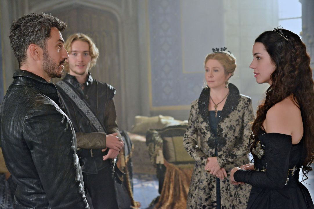 Mary (Adelaide Kane, r.) hat von Anfang an ein ungutes Gefühl bei der Begegnung mit Graf Vincent (Michael Aronov, l.). Auch Francis (Toby Regbo, 2.v... - Bildquelle: Sven Frenzel 2013 The CW Network, LLC. All rights reserved.