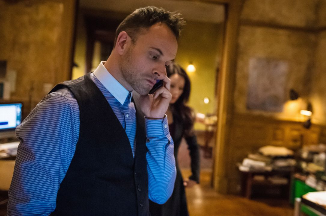 Als ein Schuldeneintreiber ermordet wird, nehmen Holmes (Jonny Lee Miller) und Watson die Ermittlungen auf ... - Bildquelle: CBS Television