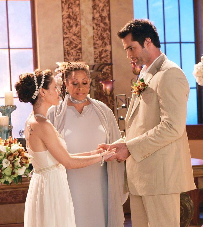 Geben sich das Ja-Wort: Coop (Victor Webster, r.) und Phoebe (Alyssa Milano, l.) ... - Bildquelle: Paramount Pictures
