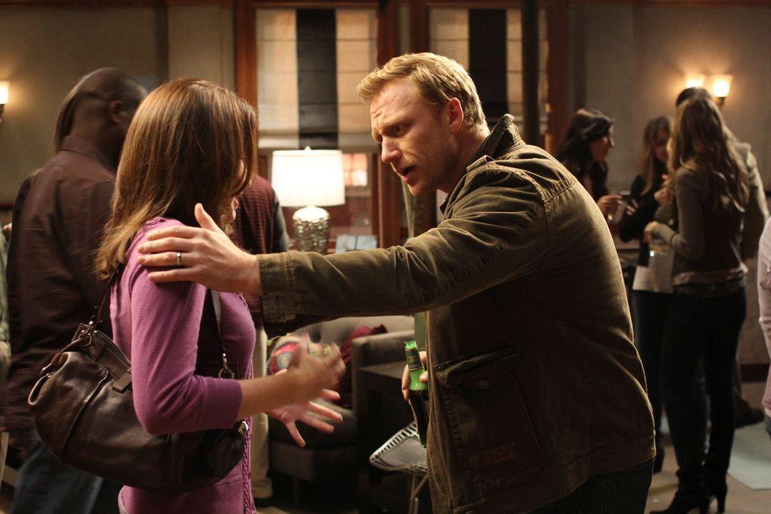 Nachdem Alex April (Sarah Drew, l.) während einer Annäherung plötzlich wieder weggestoßen hat, ist sie völlig verzweifelt. Owen (Kevin McKidd, r.) v... - Bildquelle: ABC Studios