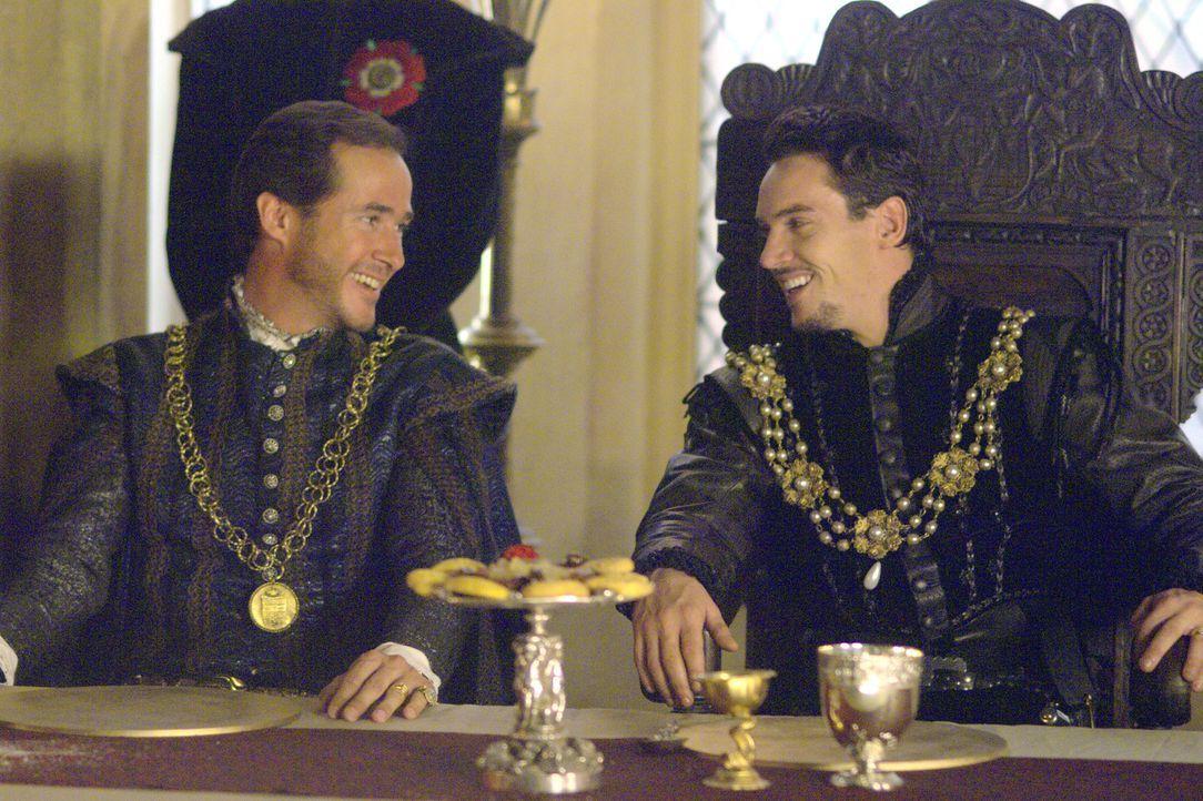 Henry (Jonathan Rhys Meyers, r.) erleidet eine persönliche Niederlage: Der Admiral von Frankreich (Darsteller unbekannt, l.) überbringt die Ablehnun... - Bildquelle: 2008 TM Productions Limited and PA Tudors II Inc. All Rights Reserved.