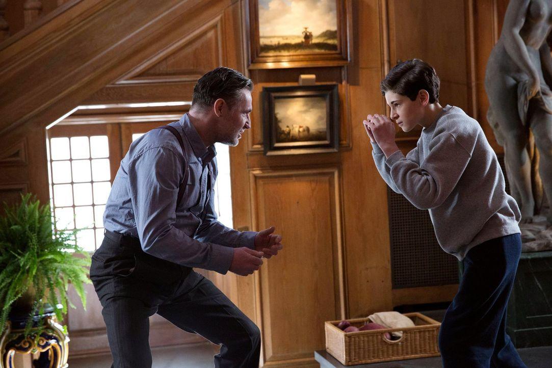 Kann Bruce (David Mazouz, r.) Reggie (David O'Hara, l.) vertrauen, oder spielt er ein hinterhältiges Spiel mit ihm? - Bildquelle: Warner Bros. Entertainment, Inc.