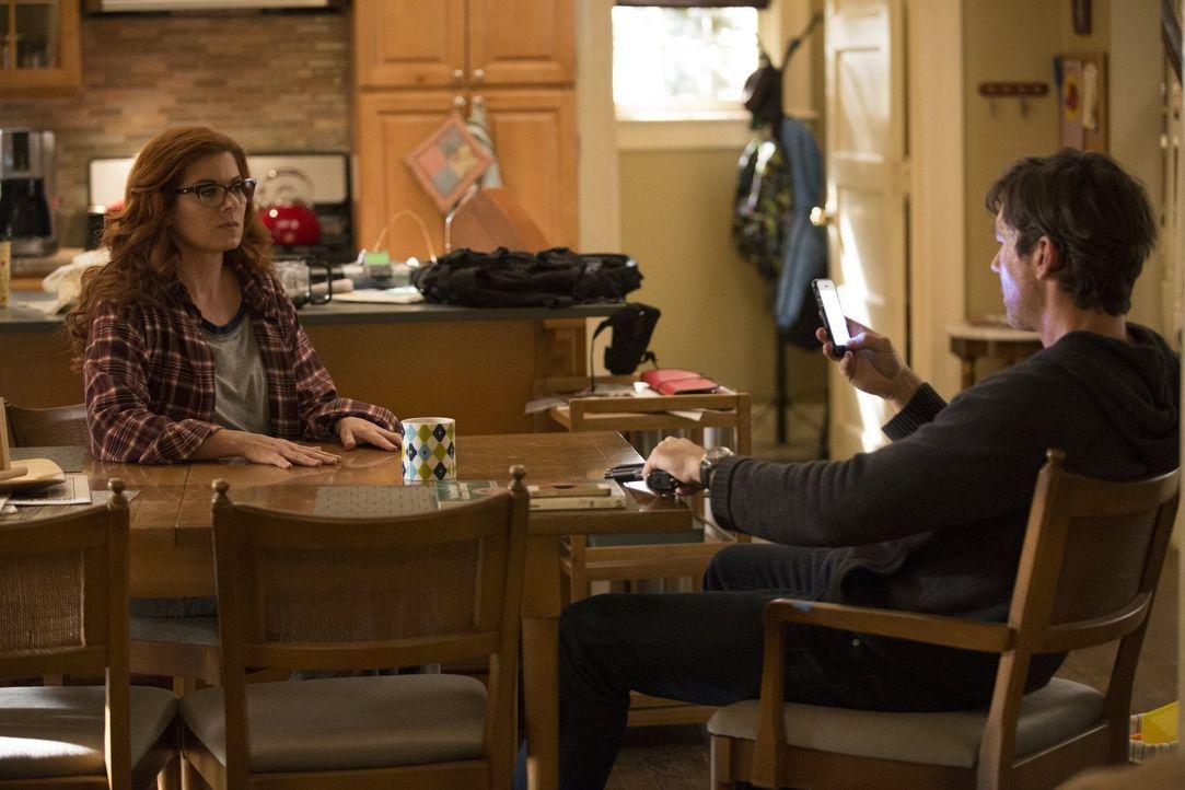 Eigentlich dachten die Ermittler, John (Jerry O'Connell, r.) hätte sich in seinem Büro in die Luft gesprengt, doch dieser Glaube stellt sich als fal... - Bildquelle: 2015 Warner Bros. Entertainment, Inc.