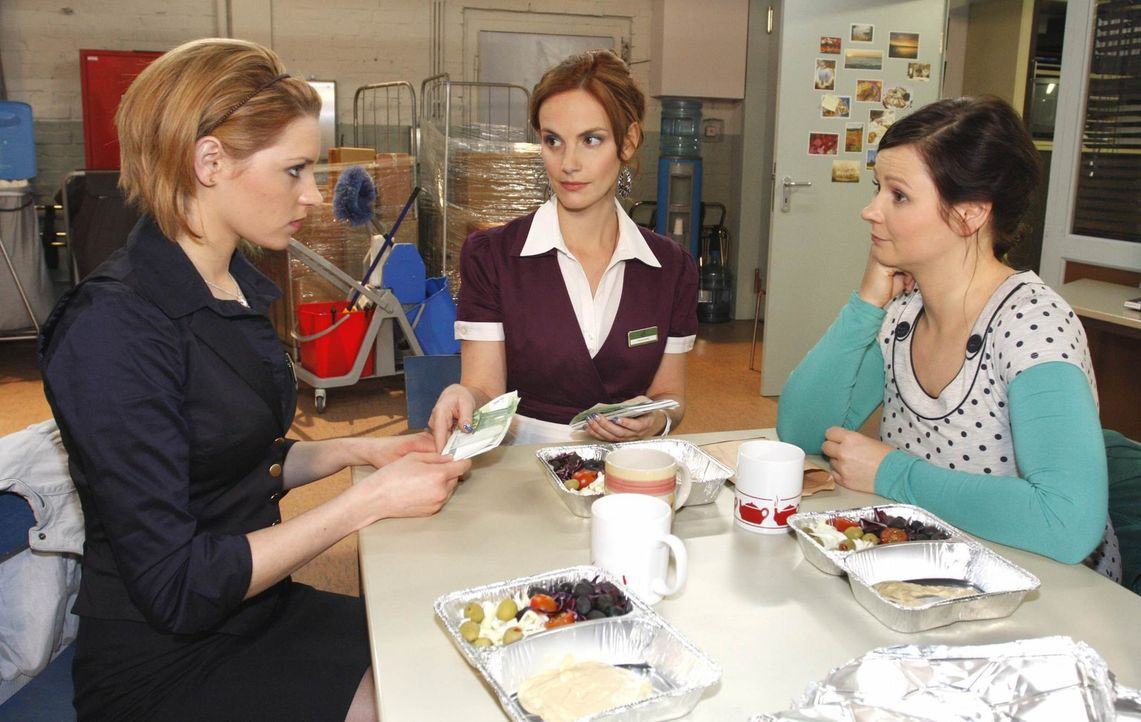 Frauengespräche: (v.l.n.r.) Jana (Ronja Peters), Manu (Marie Zielcke) und Eva (Anett Heilfort) ... - Bildquelle: SAT.1