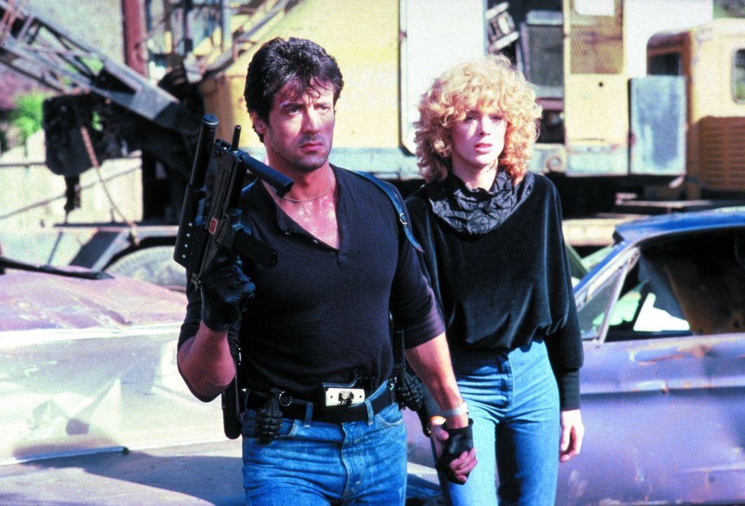 """Als das Fotomodell  Ingrid (Brigitte Nielsen, r.)  Zeugin einer grausamen Bluttat wird, gerät sie auf die Abschussliste des skrupellosen """"Schlitzers... - Bildquelle: 1986 Warner Bros. Entertainment Inc."""