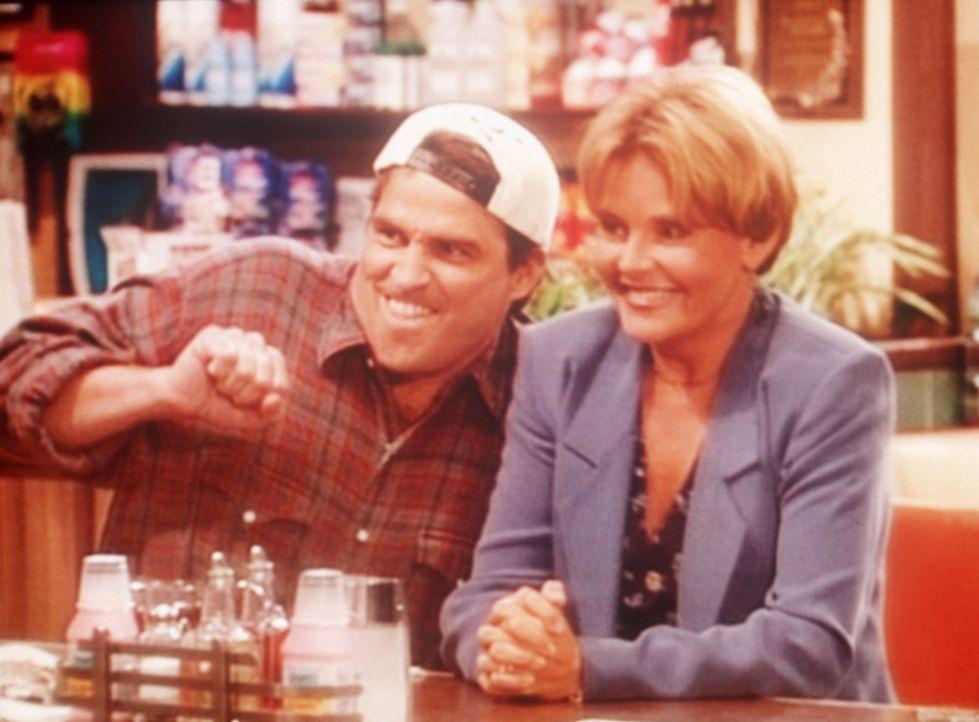 Jefferson (Ted McGinley, l.) und Marcy (Amanda Bearse, r.) landen aus Versehen in einer Pommes-Bude und reden sich den Fraß schön. - Bildquelle: Sony Pictures Television International. All Rights Reserved.