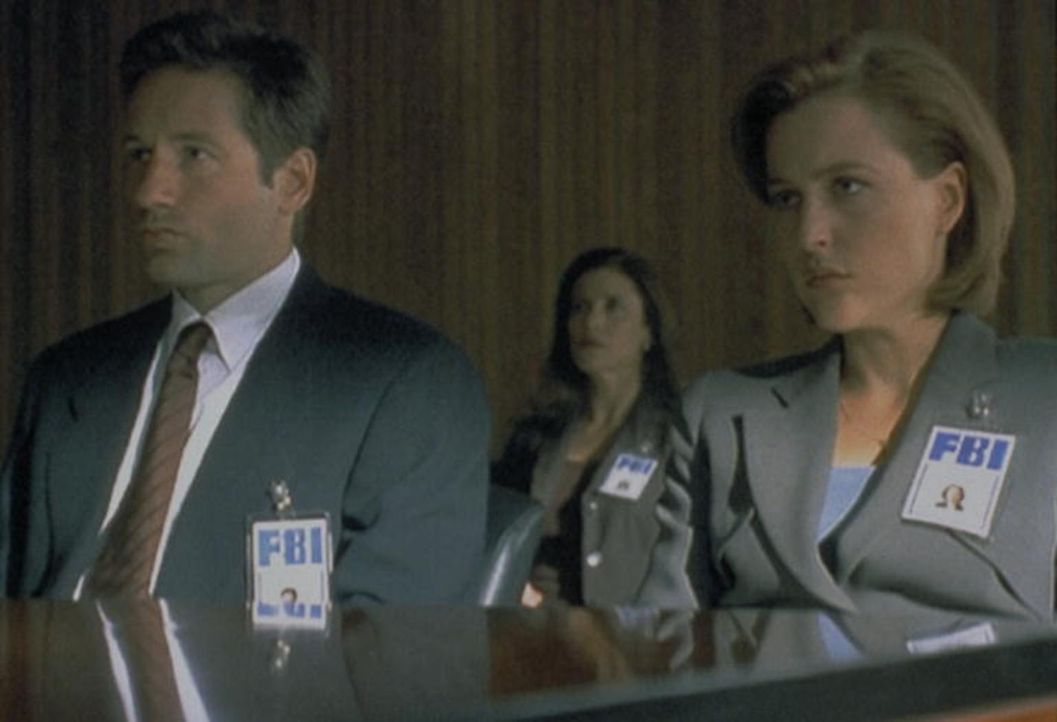 Mulder (David Duchovny, l.) und Scully (Gillian Anderson, r.) müssen sich vor einem Untersuchungsausschuss des FBI wegen ihres Antarktis-Abenteuers... - Bildquelle: TM +   2000 Twentieth Century Fox Film Corporation. All Rights Reserved.