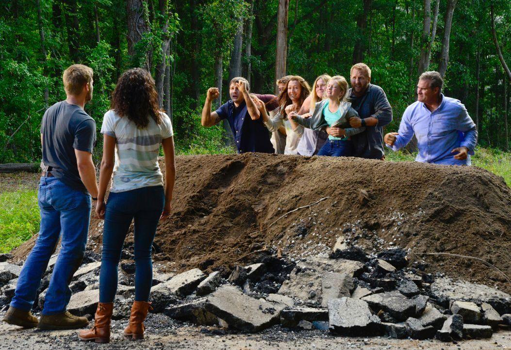 Als außerhalb der Kuppel eine Naturkatastrophe die Menschen in Angst und Schrecken versetzt, fühlen sich Barbie (Mike Vogel, l.) und Eva (Kylie Bunb... - Bildquelle: Brownie Harris 2015 CBS Studios Inc.