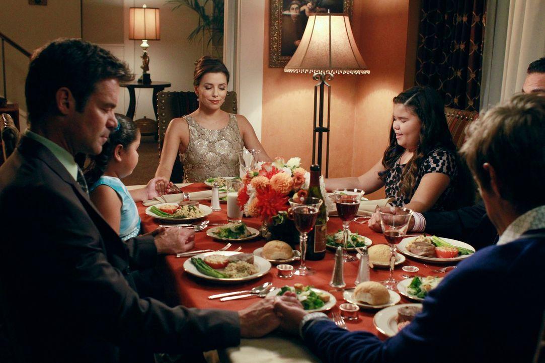 Carlos (Ricardo Antonio Chavira, 2.v.r.) und Gabrielle (Eva Longoria, 3.v.l.) wollen Nachbarn Bob (Tuc Watkins, l.) und Lee (Kevin Rahm, r.) in ihre... - Bildquelle: ABC Studios