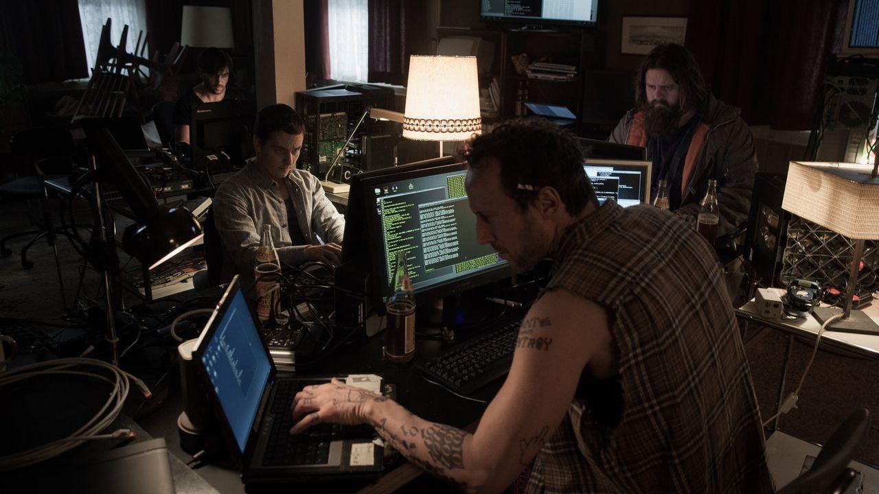 Als sich Benjamin (Tom Schilling, 2.v.l.) einer Gruppe von Hackern (Antoine Monot, Jr. (r.), Elyas M'Barek (l.), Wotan Wilke Möhring (2.v.r.)) ansch... - Bildquelle: Jan Rasmus Voss Wiedemann & Berg Film
