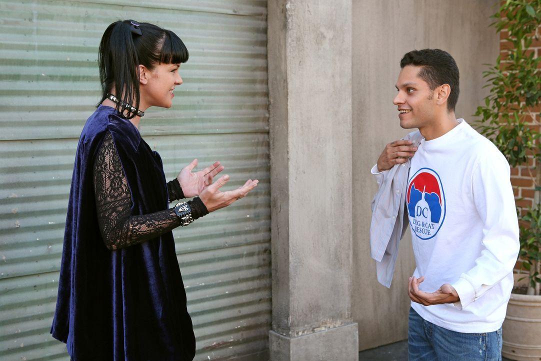 Finden zueinander: Abby (Pauley Perrette, l.) und ihr Bruder Kyle (Daniel Louis Rivas, r.) ... - Bildquelle: CBS Television