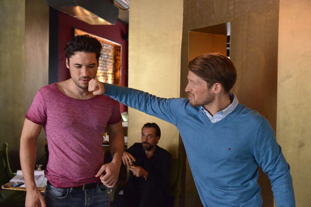 Nach alldem was geschehen ist, lässt Julian (Oliver Bender, r.) seine Wut an Sami (Alexander Milo, l.) aus ... - Bildquelle: Oliver Ziebe sixx